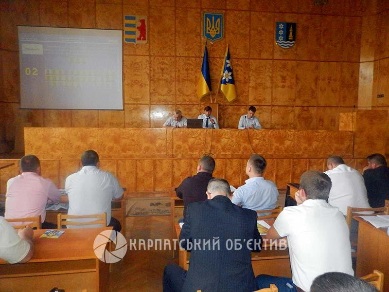 Депутати Хустської райради дискутували з приводу шкільних автобусів та освітніх реформ (фото)
