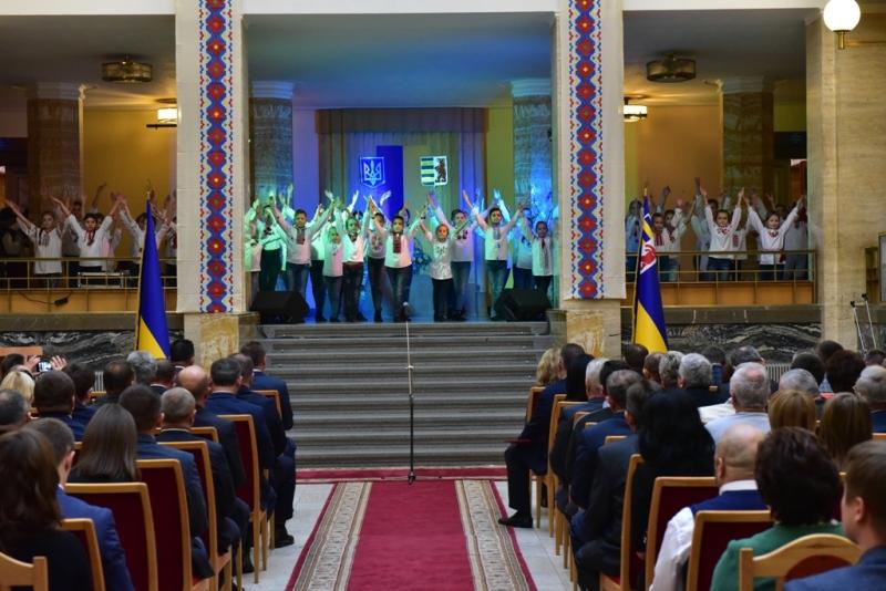 З нагоди Дня місцевого самоврядування на Закарпатті відзначили низку посадовців та депутатів різних рівнів. ФОТО