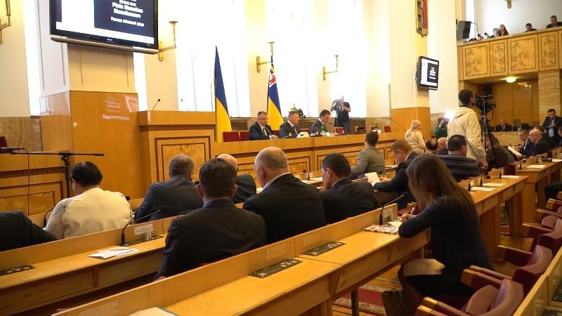 На засіданні Закарпатської облради прийняли звернення до Президента щодо мовного закону. Відео